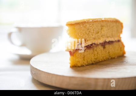 Éponge Victoria et une tasse de café. Banque D'Images