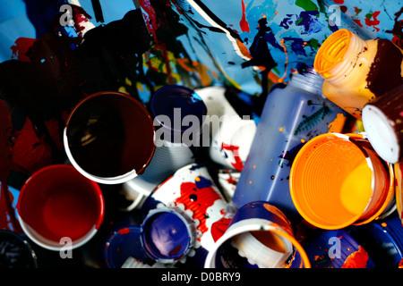 Glassess en plastique avec de la peinture couleur Banque D'Images