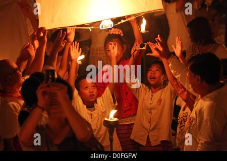 Chiang Mai, Thaïlande. 24 novembre 2012. Khom Loy au lanternes Yee Peng Sansai Lanterne flottante Cérémonie, partie Banque D'Images