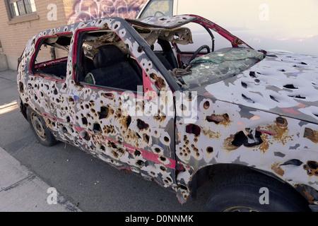 Une balle criblée voiture une fois utilisé dans une installation d'art de Toronto. Banque D'Images