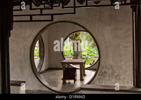 Des portes dans la ronde du pavillon isolé de l'Humble Administrateur Firmiana jardin de Suzhou, Chine. Banque D'Images