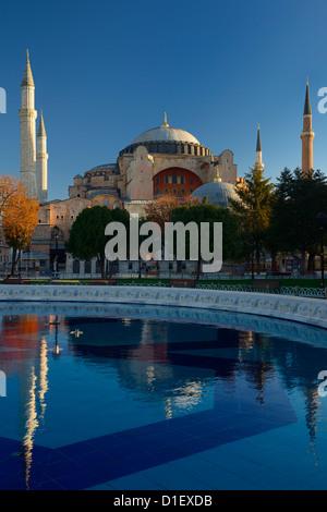 Soleil du matin sur la basilique Sainte-Sophie à Istanbul Turquie fontaine en réflexion Banque D'Images