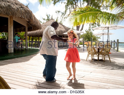 L'homme danse avec un local smiling preteen girl de Providenciales, Caïques, îles Turques et Caïques, Antilles, Banque D'Images