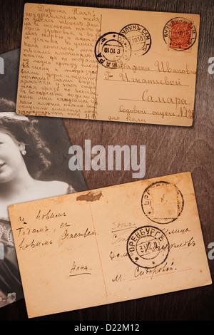 Vintage postcard et photo sur fond de bois, concept rétro Banque D'Images