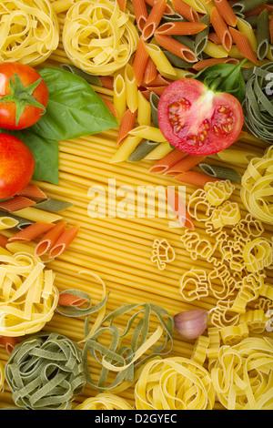 Divers frais généraux de base de pâtes italiennes avec les tomates, le basilic et l'ail Banque D'Images