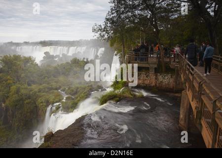 Les touristes à l'Iguazu, Iguazu National Park, UNESCO World Heritage Site, Misiones, Argentine, Amérique du Sud Banque D'Images