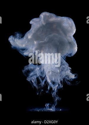 Nuage de fumée bleu et gris Banque D'Images