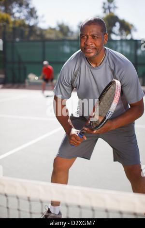 Homme plus âgé en jouant au tennis sur le court Banque D'Images