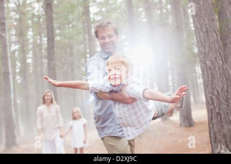 Père Fils volants à sunny woods Banque D'Images
