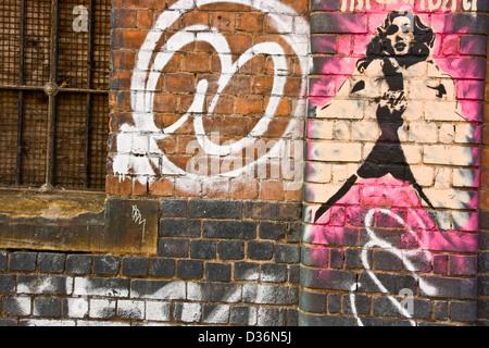Street art graffiti urbain de femme glamour sur mur de brique est de Londres Angleterre Europe Banque D'Images