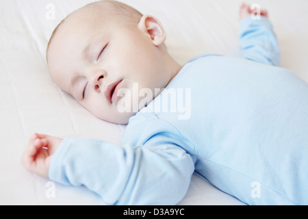 Baby Boy sleeping in crib Banque D'Images