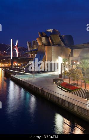 Le Musée Guggenheim à Bilbao, nuit, Gascogne, Pays Basque, Espagne. Banque D'Images