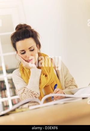 Collège d'occupation étudiant à l'examen de la bibliothèque ses leçons pour l'examen Banque D'Images