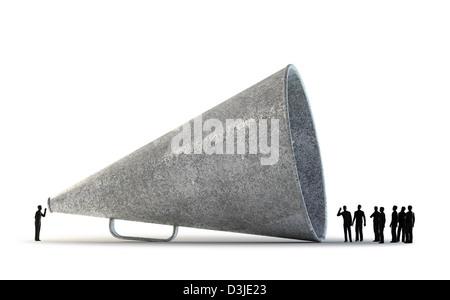 De minuscules personnes communiquant à travers un mégaphone vintage Banque D'Images
