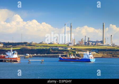 Valero Raffinerie de pétrole à Rhoscrowther navigable de Milford Haven Pembrokeshire Wales Pembroke Banque D'Images