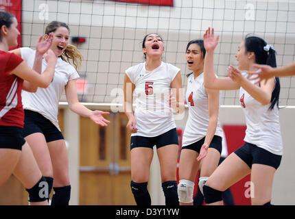 Joueurs de volley-ball filles célébrer un moment pendant un match de l'école CT USA Banque D'Images