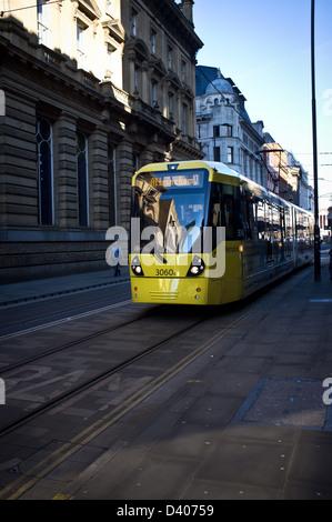 Tramway Metrolink sur les rues de Manchester Banque D'Images