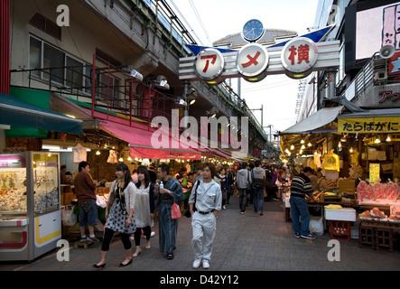 Ameyoko-cho, ancien marché noir en fer sous Tokyo Okachimachi, est un marché florissant de la nourriture et des Banque D'Images