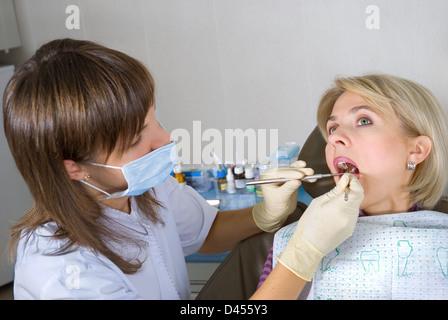 La jeune femme à la réception chez le dentiste Banque D'Images