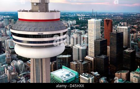 Vue aérienne de la tour CN en face de Toronto centre-ville sity scenry au crépuscule, Ontario, Canada Banque D'Images