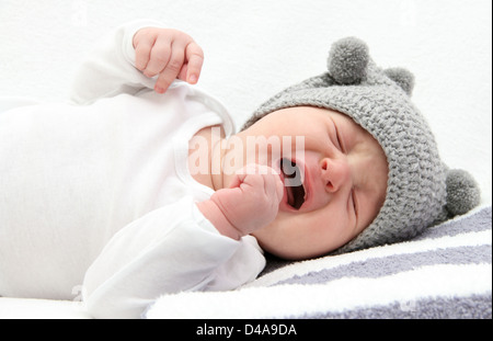 Little baby crying on bed Banque D'Images
