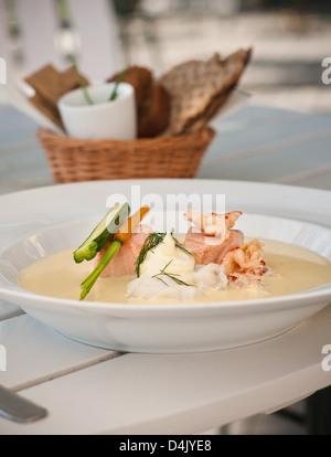 Bol de soupe avec du poisson et des légumes Banque D'Images