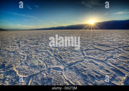 Coucher de soleil sur les polygones de sel à Badwater, Death Valley National Park, California, USA Banque D'Images