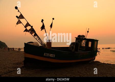 Niechorze (Horst), bateau de pêche à la plage, le soir, la mer baltique, occidentale, Pologne Banque D'Images