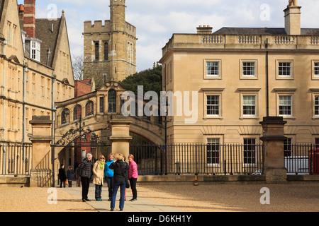 Les touristes se faire photographier devant le Pont des Soupirs et Hertford College à Oxford en Angleterre Royaume Banque D'Images