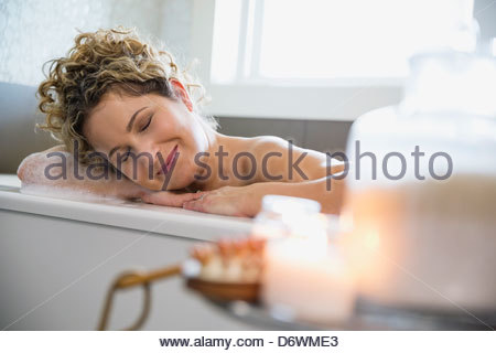 Mature Woman relaxing in bathtub Banque D'Images