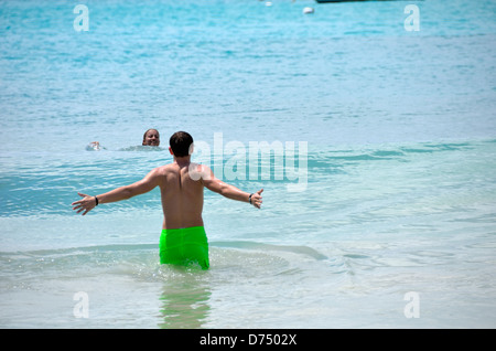 Les adolescents nager dans l'océan à Cane Garden Bay, Tortola, British Virgin Islands Banque D'Images