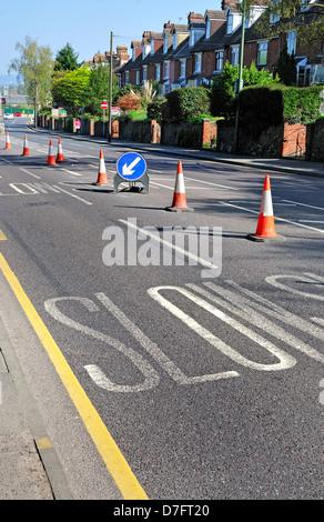 Maidstone, Kent, Angleterre, Royaume-Uni. La signalisation et du marquage. Lent / garder la gauche Banque D'Images