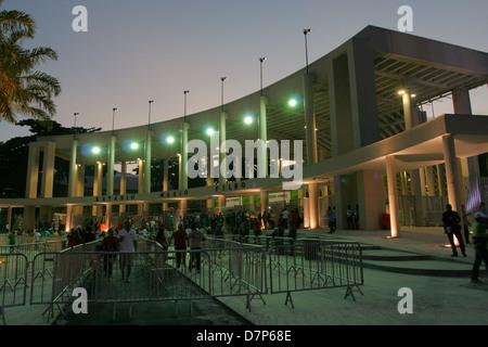 Le stade Maracanã de Rio dans sa réouverture non officiel le 27 avril 2013 nuit. Lieu de la Coupe des Confédérations Banque D'Images