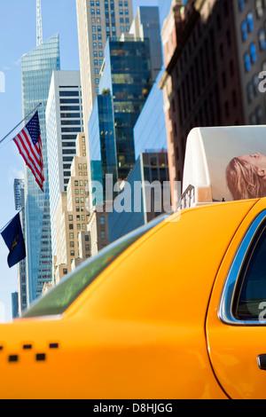 L'architecture moderne des bâtiments le long de la 42e Rue dans Mid Town Manhattan, New York, États-Unis d'Amérique Banque D'Images