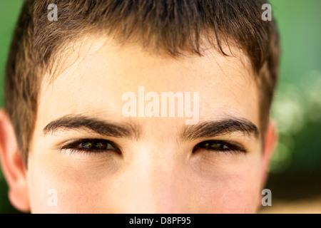 Les jeunes et les émotions, portrait d'enfant regardant sérieux à l'appareil photo. Libre d'yeux Banque D'Images