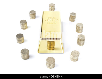 Barre d'or entourée de piles de pièces isolated on white Banque D'Images