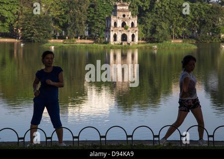 """Du Lac Hoan Kiem ou lac de l'épée restituée"""" est un lac à Hanoi. Le lac sert de point central de Hanoi la vie publique. Banque D'Images"""