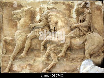 Un coureur est représenté sur un cheval au trot. Un autre cavalier avec un chapeau à large monte un fier, cheval Banque D'Images