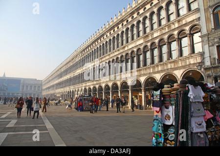 L'un des souvenirs de plein air se tient juste en face de la Procuratie Vecchie dans la place St Marc ou la Piazza Banque D'Images