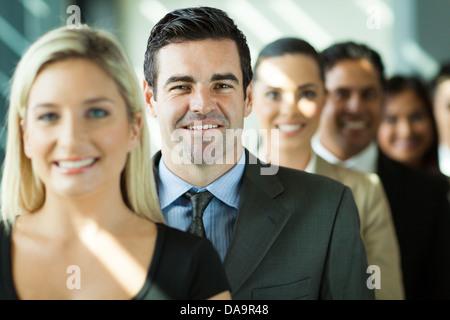 Groupe de gens d'affaires modernes dans une rangée Banque D'Images