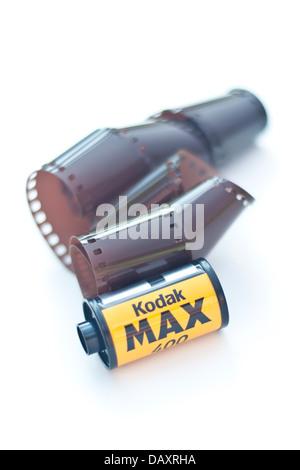 Rouleau de film 35 mm isolé sur fond blanc Banque D'Images