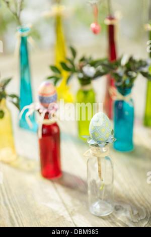 Bouteilles en verre coloré avec décoration de Pâques, Osijek, Croatie, Europe Banque D'Images