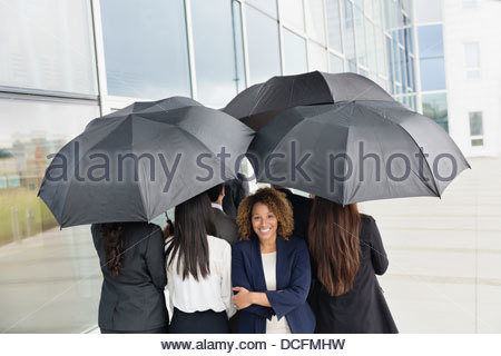 Businesswoman standing de la foule Banque D'Images