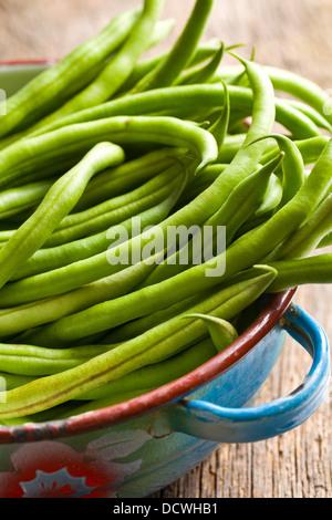 Les haricots verts frais dans un bol Banque D'Images
