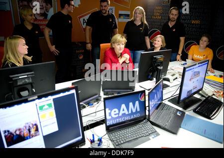 Berlin, Allemagne. Le 04 août, 2013. La chancelière allemande Angela Merkel (C) des visites de ses partisans dans Banque D'Images