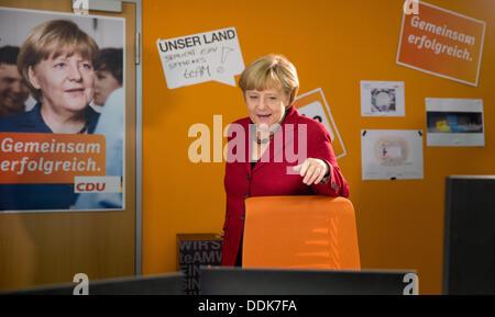 Berlin, Allemagne. Le 04 août, 2013. La chancelière allemande Angela Merkel rend visite à son partisans dans la Banque D'Images