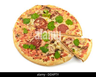 Pizza à la main avec le salami, champignons, fromage, tomates, basilic et persil herbes Banque D'Images