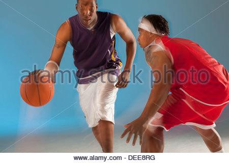 Les joueurs de basket-ball jouant au basket-ball Banque D'Images