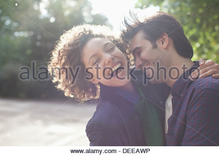 Close up laughing couple hugging Banque D'Images