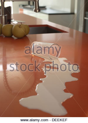 Lait renversé sur le comptoir de la cuisine Banque D'Images